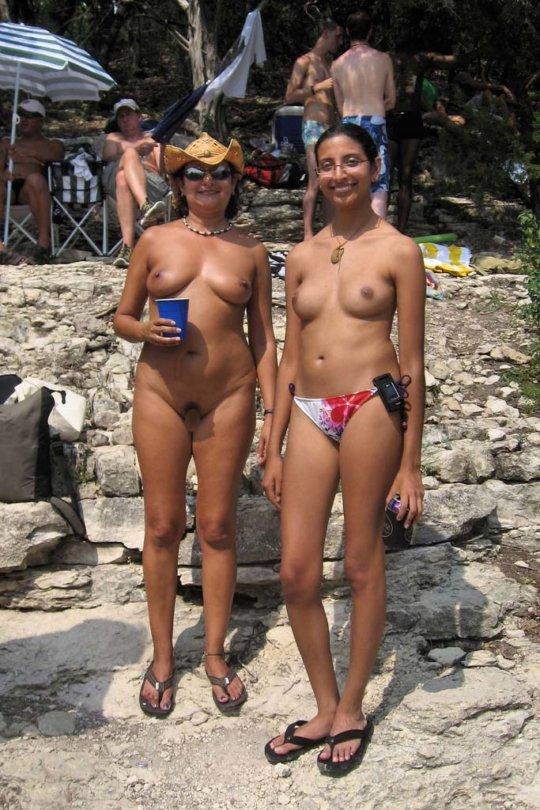 【母娘エロ画像】海外の裸族一家&母娘ヌード、こいつ等ガチで頭おかしくて草wwwwwwww(画像130枚)・64枚目