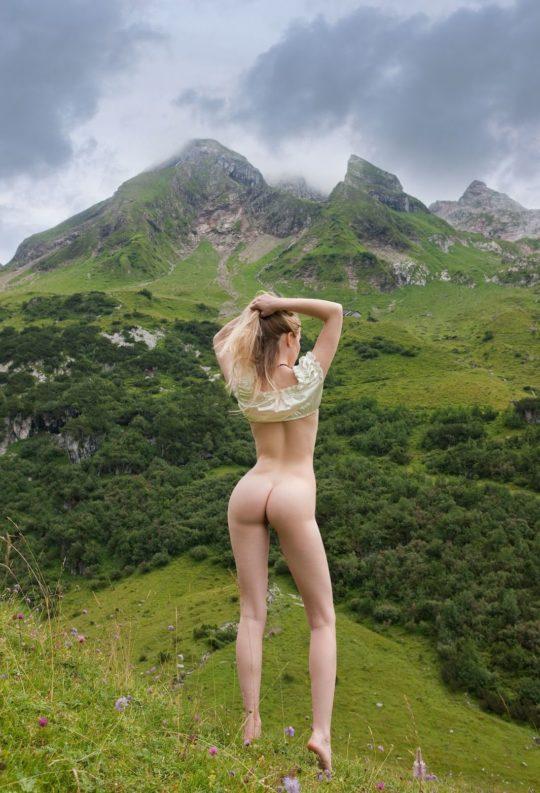 【大自然エロ画像】外 国 人 ネ キ の ヌ ー ド i n 大 自 然 、 君 は こ の 画 像 を ど う 使 う ?(意味深)(画像30枚)・22枚目