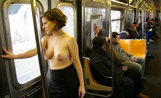 【朗報】欧州で「乳出しファッション」が流行の兆し、こいつ等もう何でもアリかよwwwwwwwwww(画像あり)・4枚目