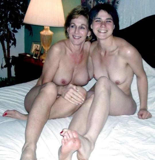 【母娘エロ画像】母娘ヌード2ショット、これどんな気持ちで撮られてるんだ。。。(画像30枚)・17枚目