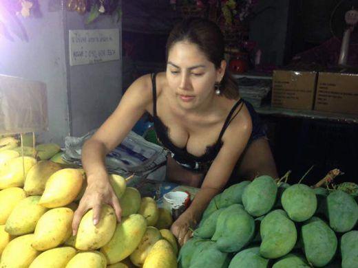【おっぱいエロ画像】タイで食い物とか売ってる屋台のねーちゃん、エッッッッッッッッッッッッ!!!(画像あり)