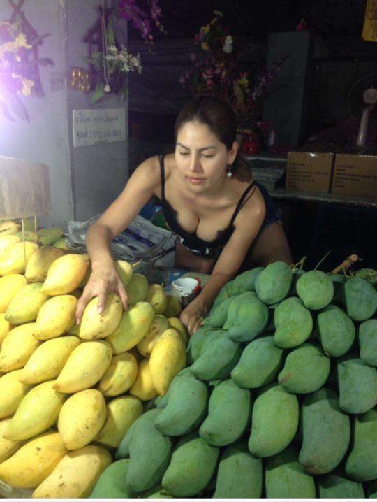 【おっぱいエロ画像】タイで食い物とか売ってる屋台のねーちゃん、エッッッッッッッッッッッッ!!!(画像あり)・2枚目