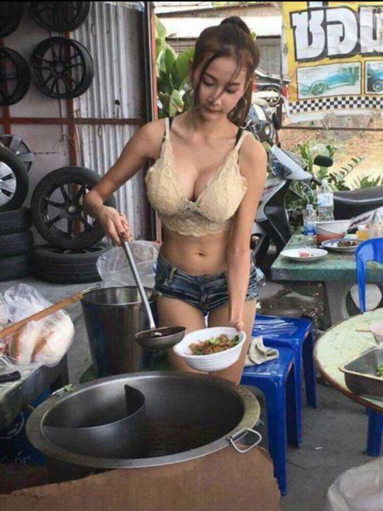 【おっぱいエロ画像】タイで食い物とか売ってる屋台のねーちゃん、エッッッッッッッッッッッッ!!!(画像あり)・4枚目