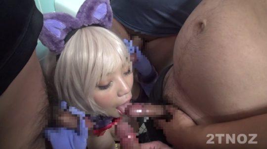 【悲報】まんコスプレイヤーさん、キモヲタ軍団に精子を注入されてるところを激写されるwwwwwwww(画像あり)・5枚目