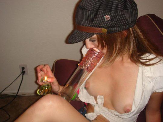 【マリファナおっぱい画像】マリファナ吸ってラリラリになってるまんこさんのエロ画像貼ってく。(画像あり)・10枚目