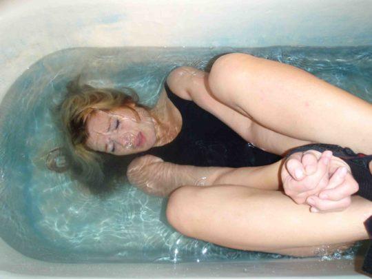【水責めSM画像】外国人ガチ勢のSM調教、最後の一線を楽々超える・・・・・(画像あり)・10枚目