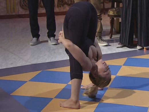 (ハプニング)意識高い系ヨガまんさん、TVでとんでもない体勢でお乳ポロッて周りが騒然とするwwwwwwwwwwwwwwwwwwwwwwwwwwwwww(写真あり)