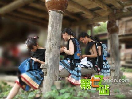 【撮り放題】横乳がクッソエロい中国の少数民族の衣装wwwwwwwwwwwwww(画像あり)・1枚目
