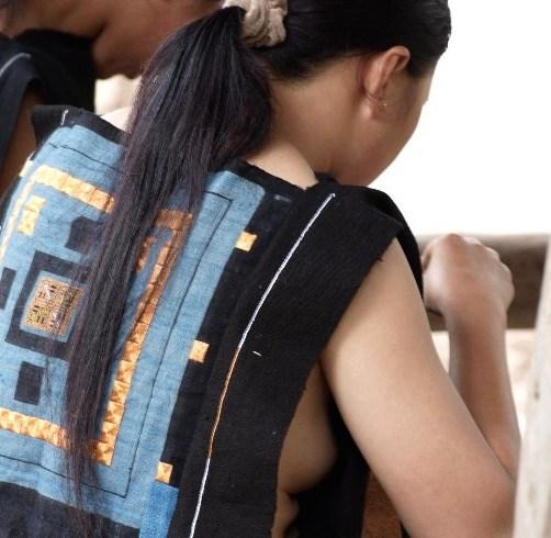 【撮り放題】横乳がクッソエロい中国の少数民族の衣装wwwwwwwwwwwwww(画像あり)・2枚目