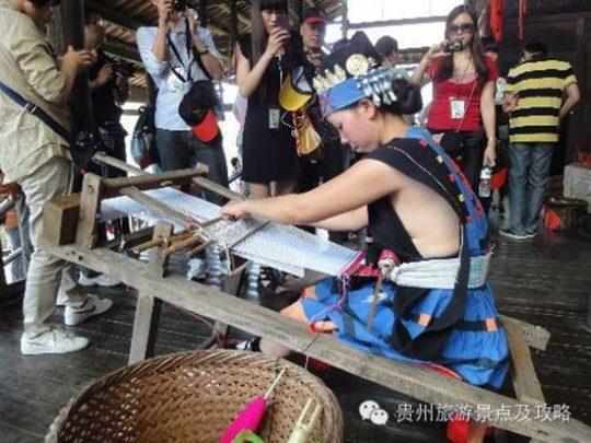 【撮り放題】横乳がクッソエロい中国の少数民族の衣装wwwwwwwwwwwwww(画像あり)・3枚目