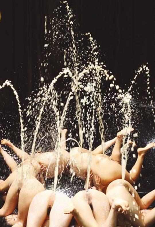 【自爆】大量の浣腸が噴き出す瞬間を高感度カメラで撮影、もはや前衛アートでワロタwwwwwwwwww(画像あり)・4枚目