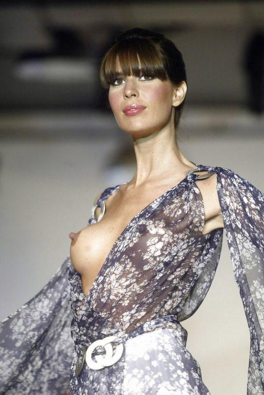【パリコレ】エロ格好でランウェイを歩くモデルたち。色々丸出しwwwwwww(74枚)・46枚目