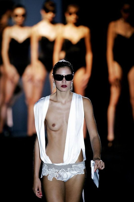 【パリコレ】エロ格好でランウェイを歩くモデルたち。色々丸出しwwwwwww(74枚)・52枚目