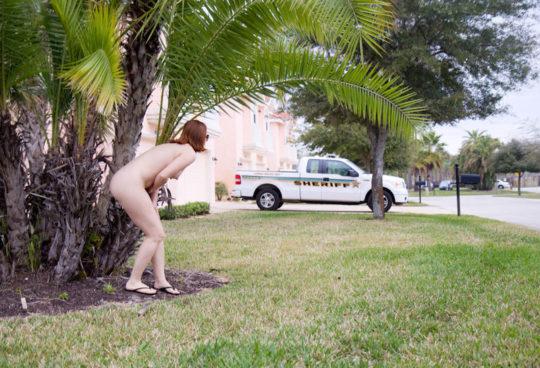 【野外露出】全裸上等の海外露出ネキ、カメラ向けられると普通に恥ずかしがってて草wwwwwwwww(画像あり)・4枚目