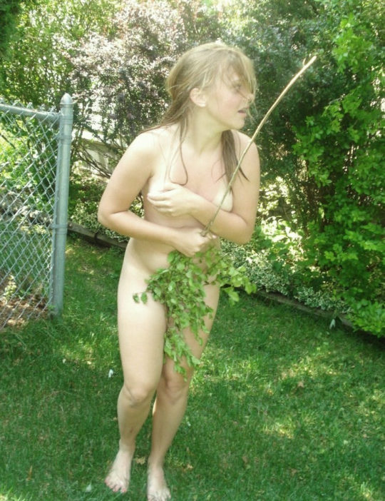 【野外露出】全裸上等の海外露出ネキ、カメラ向けられると普通に恥ずかしがってて草wwwwwwwww(画像あり)・18枚目