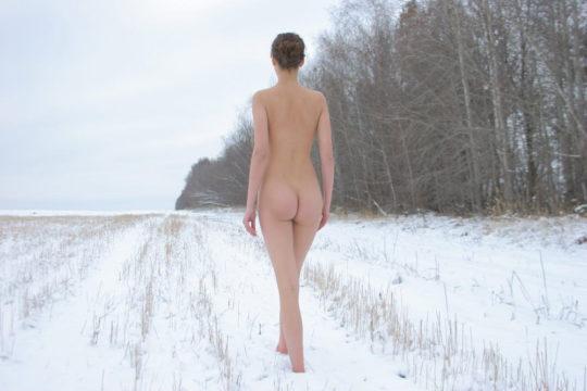 【寒中ヌード】露出狂の外人ネキ、冬の雪山でも元気いっぱいでワロタwwwwwwwwwww(画像30枚)・4枚目