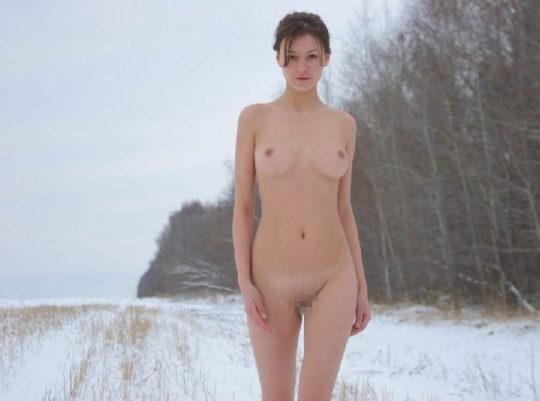 【寒中ヌード】露出狂の外人ネキ、冬の雪山でも元気いっぱいでワロタwwwwwwwwwww(画像30枚)・5枚目
