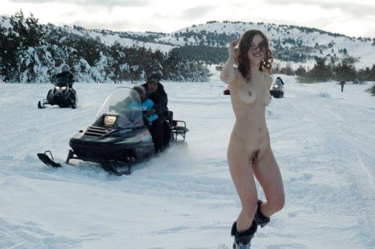 【寒中ヌード】露出狂の外人ネキ、冬の雪山でも元気いっぱいでワロタwwwwwwwwwww(画像30枚)・15枚目
