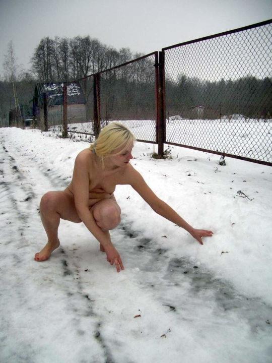 【寒中ヌード】露出狂の外人ネキ、冬の雪山でも元気いっぱいでワロタwwwwwwwwwww(画像30枚)・18枚目
