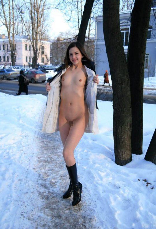 【寒中ヌード】露出狂の外人ネキ、冬の雪山でも元気いっぱいでワロタwwwwwwwwwww(画像30枚)・20枚目