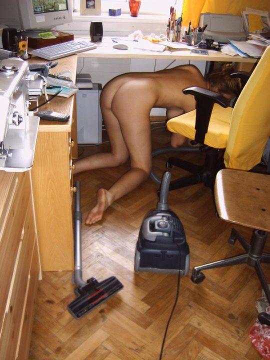 【家事ヌード】少しシャイな海外の裸族まんさん、ビーチは無理なのでとりあえず家事に勤しむwwwwwwwww(画像30枚)・2枚目