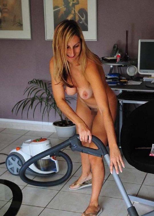 【家事ヌード】少しシャイな海外の裸族まんさん、ビーチは無理なのでとりあえず家事に勤しむwwwwwwwww(画像30枚)・7枚目