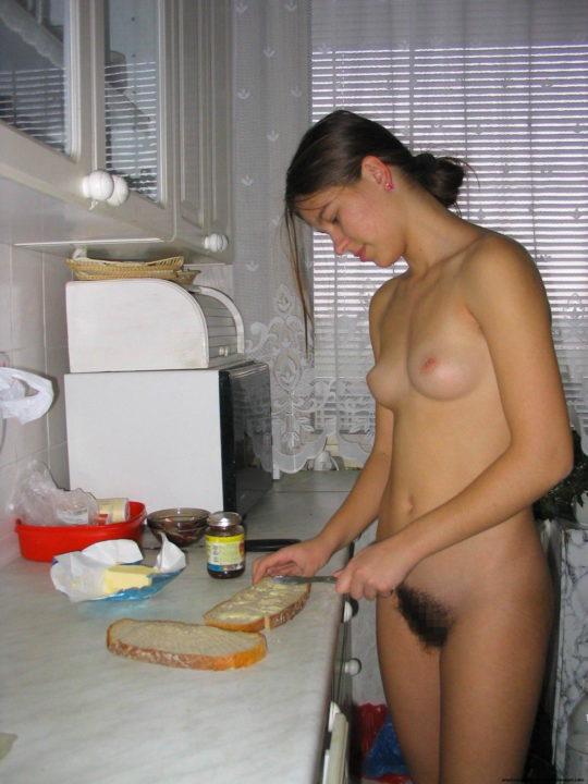 【家事ヌード】少しシャイな海外の裸族まんさん、ビーチは無理なのでとりあえず家事に勤しむwwwwwwwww(画像30枚)・10枚目