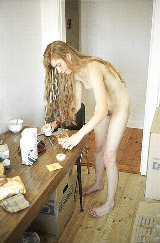 【家事ヌード】少しシャイな海外の裸族まんさん、ビーチは無理なのでとりあえず家事に勤しむwwwwwwwww(画像30枚)・11枚目