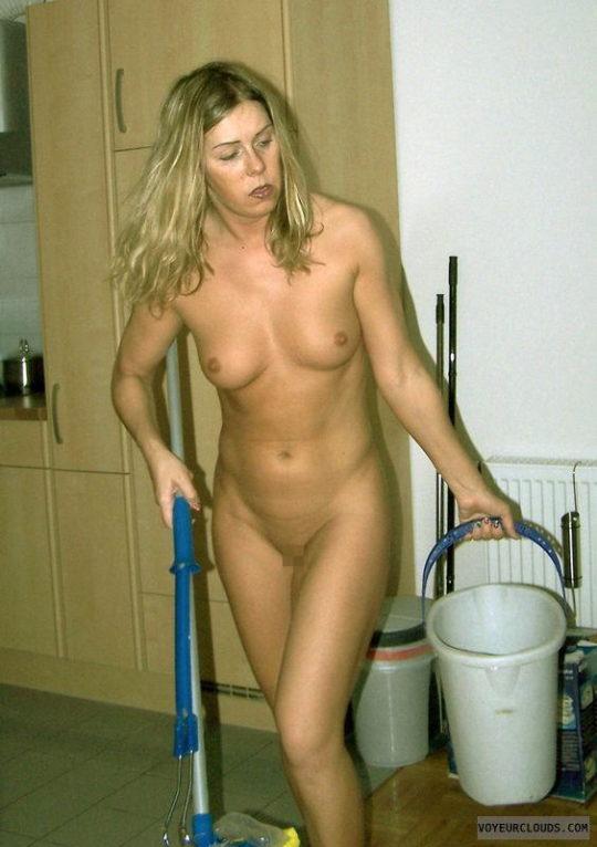 【家事ヌード】少しシャイな海外の裸族まんさん、ビーチは無理なのでとりあえず家事に勤しむwwwwwwwww(画像30枚)・13枚目