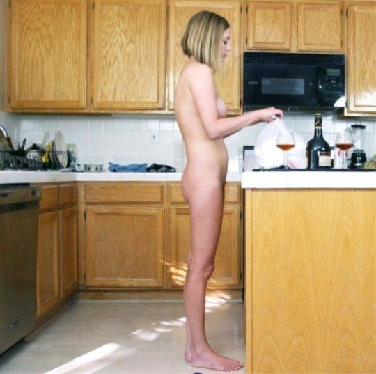 【家事ヌード】少しシャイな海外の裸族まんさん、ビーチは無理なのでとりあえず家事に勤しむwwwwwwwww(画像30枚)・19枚目