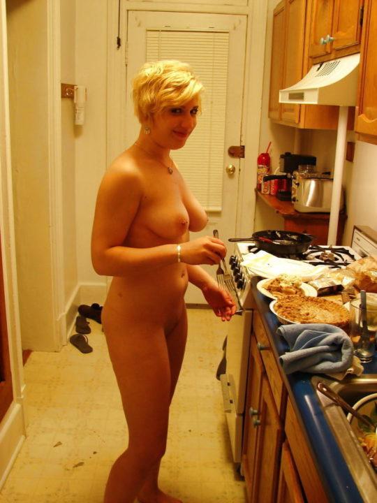 【家事ヌード】少しシャイな海外の裸族まんさん、ビーチは無理なのでとりあえず家事に勤しむwwwwwwwww(画像30枚)・23枚目