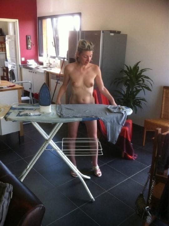 【家事ヌード】少しシャイな海外の裸族まんさん、ビーチは無理なのでとりあえず家事に勤しむwwwwwwwww(画像30枚)・28枚目