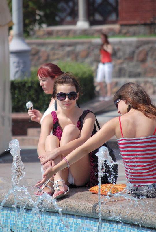 【撮り放題】油断し過ぎな外人ネキ、一歩外に出たらガチのパンチラ祭りでワロタwwwwwwwwww(画像30枚)・24枚目