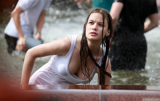【エロ画像】ロシアの美少女ネキ、真冬の水遊びで色んなモノがスケスケになってしまうwwwwwwwwwww・6枚目