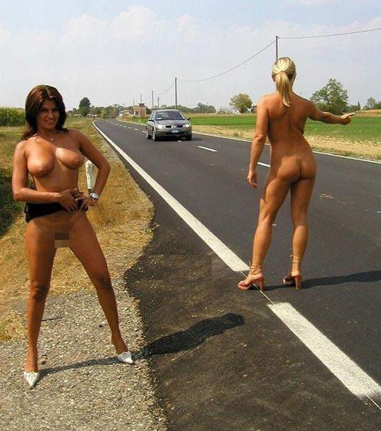 【キチガイ】海外のヒッチハイカーまんさん、絶対に車を停車させる技がこちらwwwwwwwwwww・18枚目