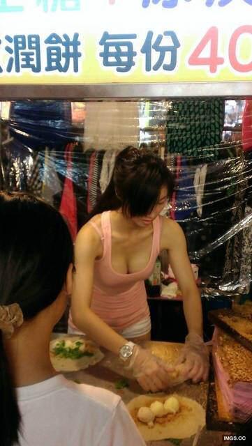 【勃起不可避】台湾の市場 美女がホットパンツで肉を切る姿見たさに客が殺到し売上が4倍にwwwwwww(画像あり)・2枚目