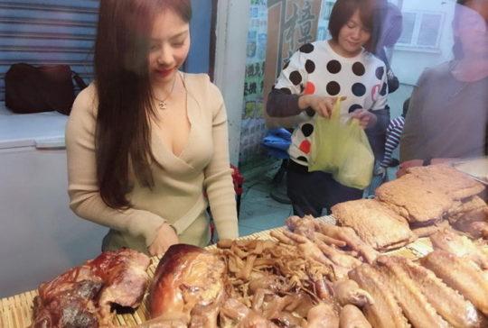 【勃起不可避】台湾の市場 美女がホットパンツで肉を切る姿見たさに客が殺到し売上が4倍にwwwwwww(画像あり)・4枚目