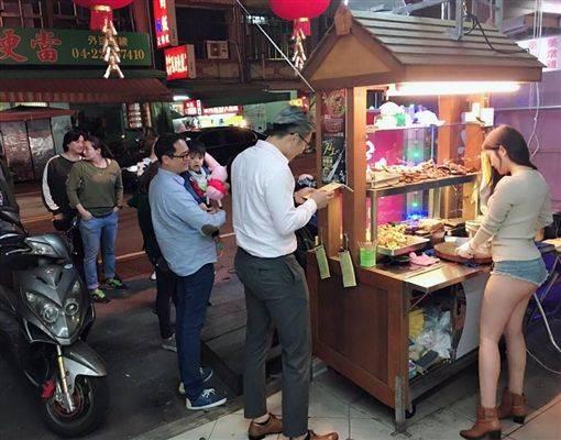 【勃起不可避】台湾の市場 美女がホットパンツで肉を切る姿見たさに客が殺到し売上が4倍にwwwwwww(画像あり)・5枚目