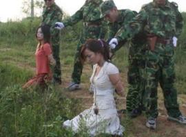【閲覧注意】中国人の女性囚人が処刑される様子 → 無表情の女処刑人ヤバすぎやろ・・・(画像あり)