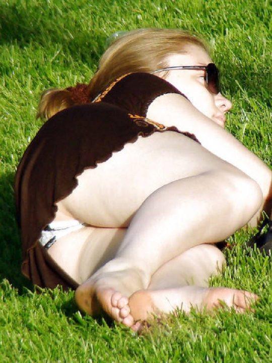 【撮り放題】日照時間の短い北欧の公園、とんでもないパンチラスポットでワロタwwwwwwwwwww(画像30枚)・2枚目
