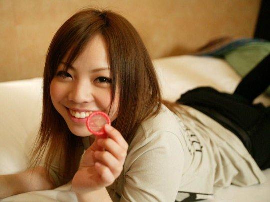 【ゴムエロ】コンドームを女の子に付けてもらうという最高にエロいシチュエーション、これだけでイクわwwwwwwwww(画像114枚)・21枚目