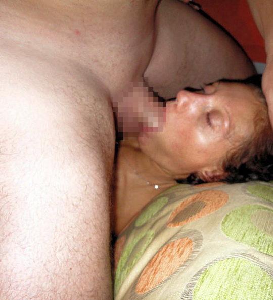 【睡眠姦】外人ニキ「よっしゃ寝とるな、ポロン」彼女「むにゃむにゃ・・・パクー」←絶対起きてるよなwwwwwwwwww(画像あり)・2枚目