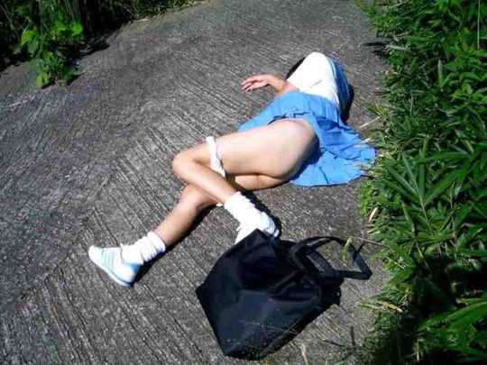 【胸糞エロ】レイプ後その場に放置されたまんさん、さすがにコレは草も生えんな・・・・・(画像30枚)・16枚目