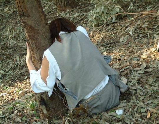 【胸糞エロ】レイプ後その場に放置されたまんさん、さすがにコレは草も生えんな・・・・・(画像30枚)・20枚目