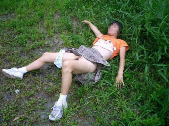 【胸糞エロ】レイプ後その場に放置されたまんさん、さすがにコレは草も生えんな・・・・・(画像30枚)・23枚目