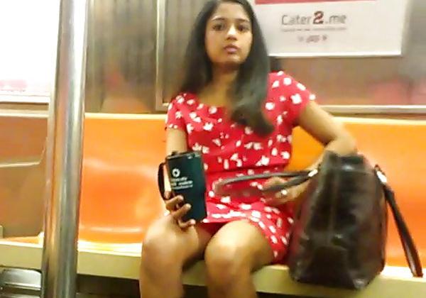 【エロ画像】盗撮マン、電車で撮影するも完全にバレるwwwカメラ目線やしwwwwwwwwwwwww