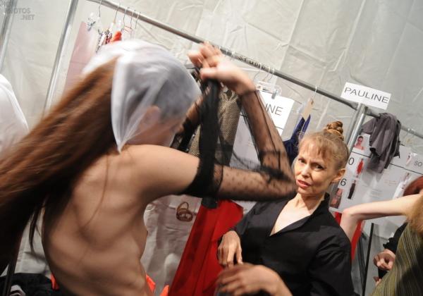 【画像あり】ファッションショーの舞台裏・・・モデルの全裸とか当たり前wwwwwwwww