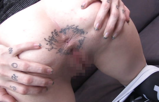 【ヒエッ】背中や太ももだけじゃなくココにも躊躇なくタトゥー彫っちゃう外人ネキ、頭おかしくて草wwwwwwww(画像あり)・2枚目