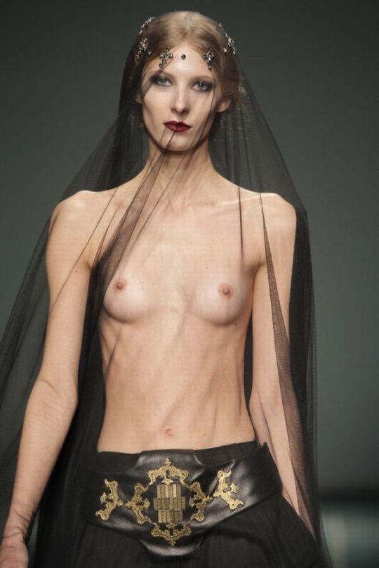 【困惑】デザイナーの言いなりのモデルまんさん、とんでもない衣装を着せられるwwwwwwwwwwwwwww(画像あり)・4枚目