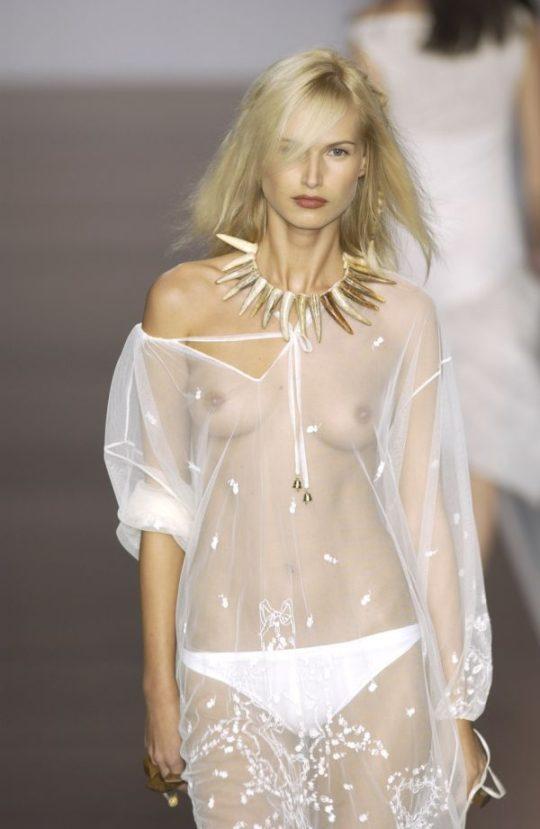 【困惑】デザイナーの言いなりのモデルまんさん、とんでもない衣装を着せられるwwwwwwwwwwwwwww(画像あり)・6枚目